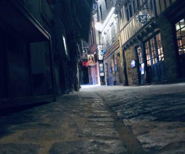 誰もいない夜の島の街